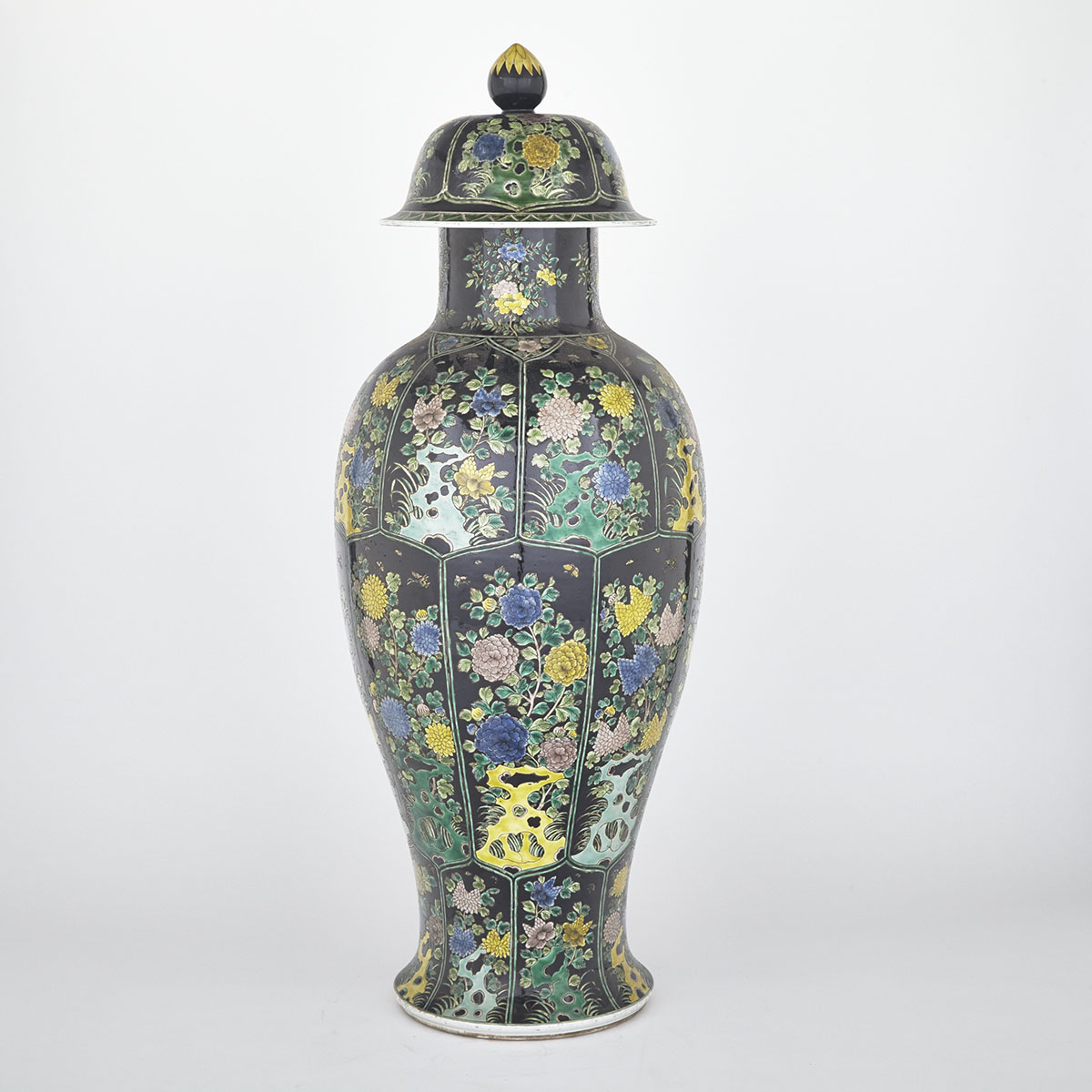 Large Export Famille Verte 'Floral' Jar and Cover