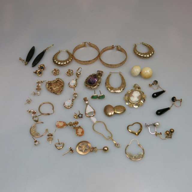 Small Quantity Of Gold Earrings, Pendants, Etc